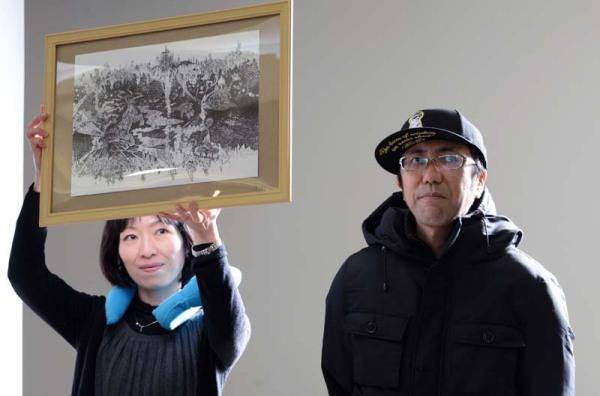武盾一郎さんと『新宿鵺』原画 撮影:吉田敬三